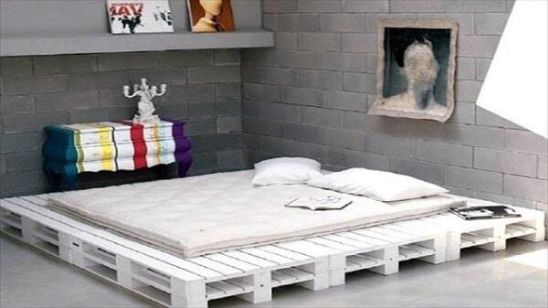 giường ngủ màu trắng đơn giản và hiện đại